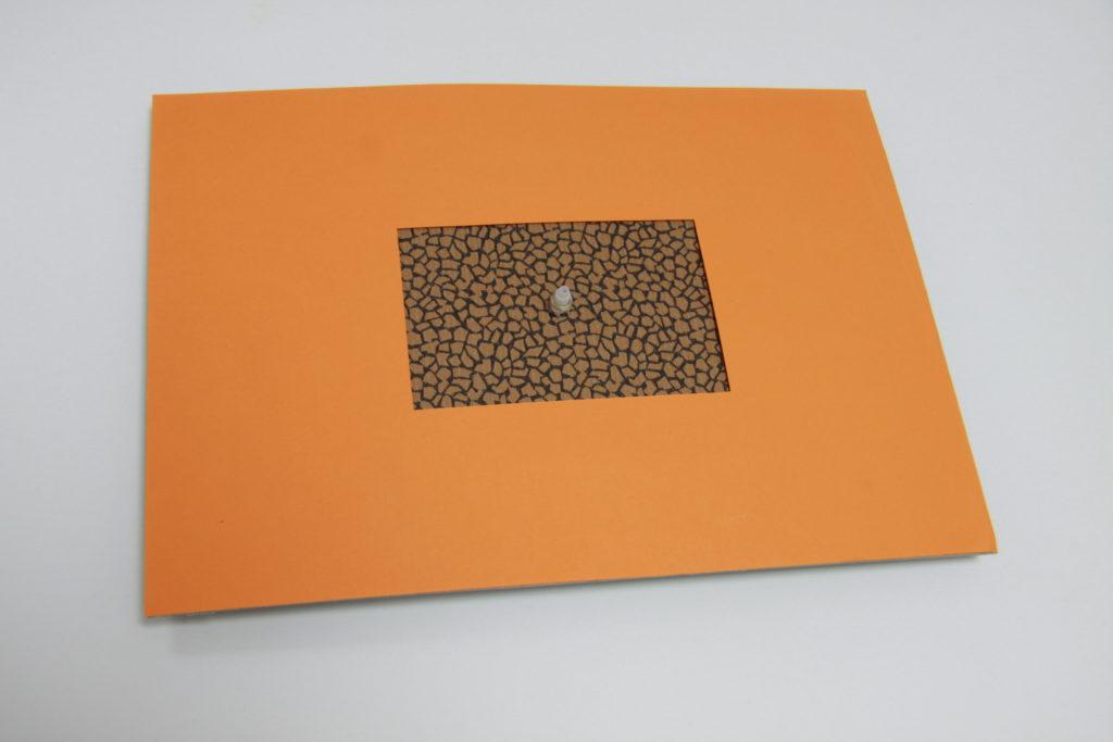 DIY Wanduhr - Schritt 5: farbiges Papier auf Karton kleben