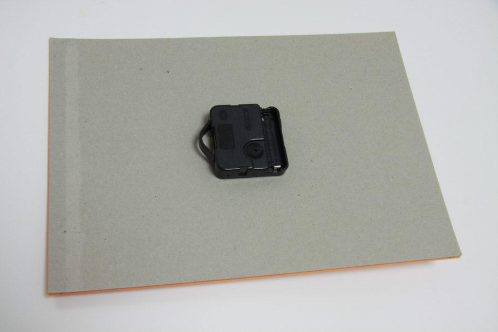 DIY Wanduhr - Schritt4: Uhrwerk in Öffnung befestigen