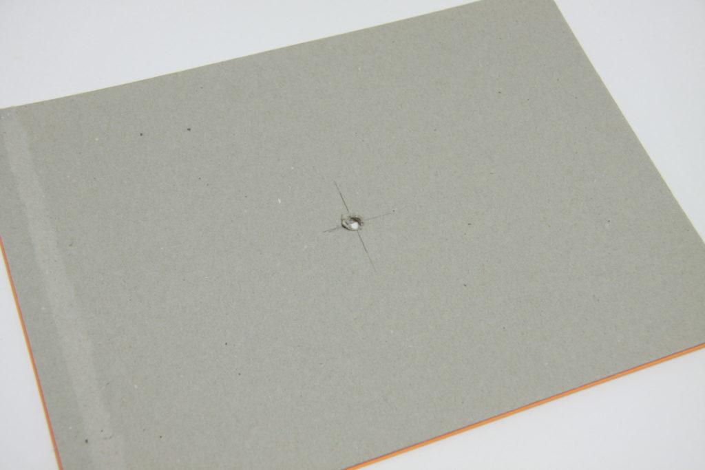 DIY Wanduhr Schritt 4: Auf zweiten Karton wird mittig ein Loch gemacht
