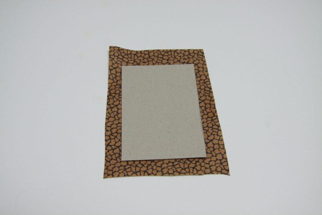 DIY Wanduhr - Schritt 3: Farbpapier größer als Rechteck ausschneiden