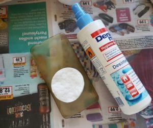 Handyhülle von Schmutz und Resten säubern