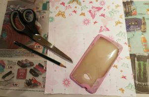Dekopapier auf die Handyhülle zuschneiden